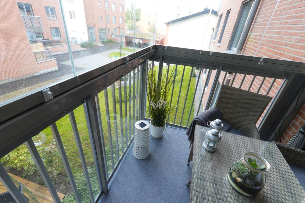 Balkong med räckesglas
